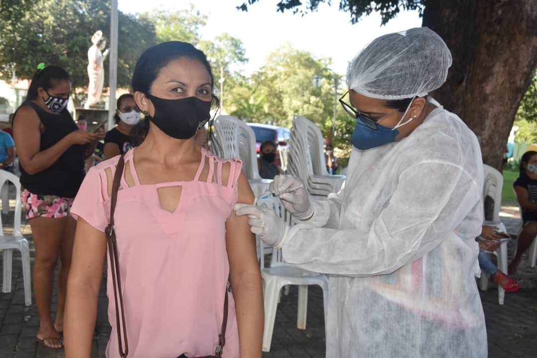 Prefeito João Luiz prestigia o Dia D de vacinação para professores - Imagem 4