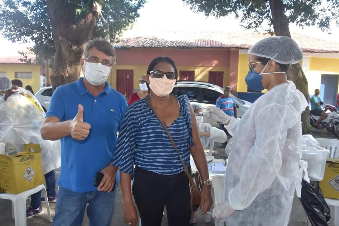 Prefeito João Luiz prestigia o Dia D de vacinação para professores - Imagem 3