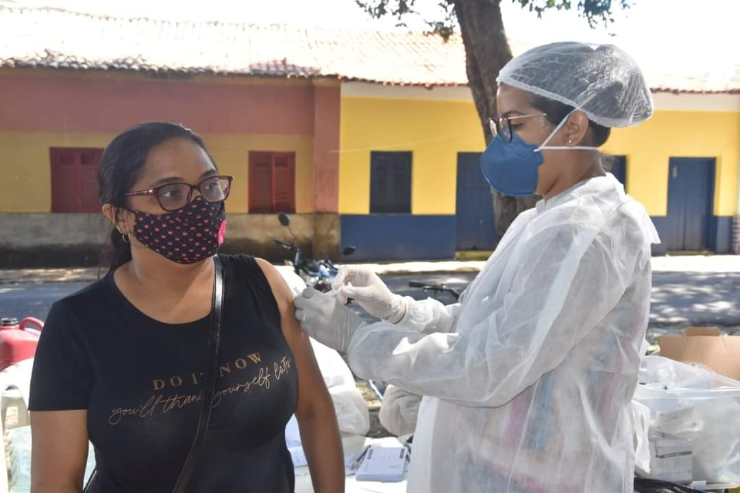 Prefeito João Luiz prestigia o Dia D de vacinação para professores - Imagem 7