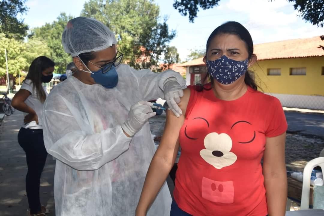 Prefeito João Luiz prestigia o Dia D de vacinação para professores - Imagem 1