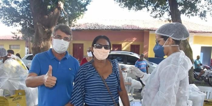 Prefeito João Luiz prestigia o Dia D de vacinação para professores
