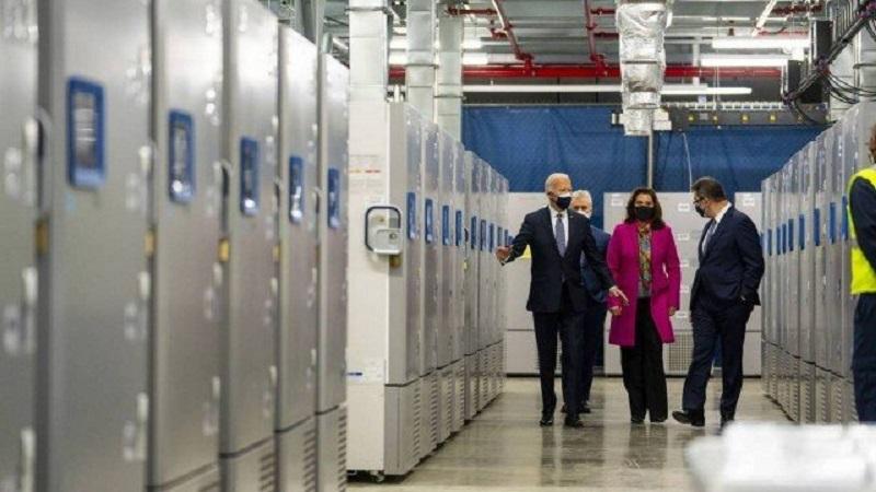 Joe Biden visita fábrica da Pfizer, em Michigan   FOTO: Doug Mills