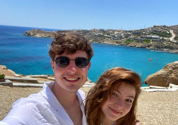 João Augusto, filho de Gugu Liberato, ao lado da namorada na Grécia - Foto: Divulgação/Instagram