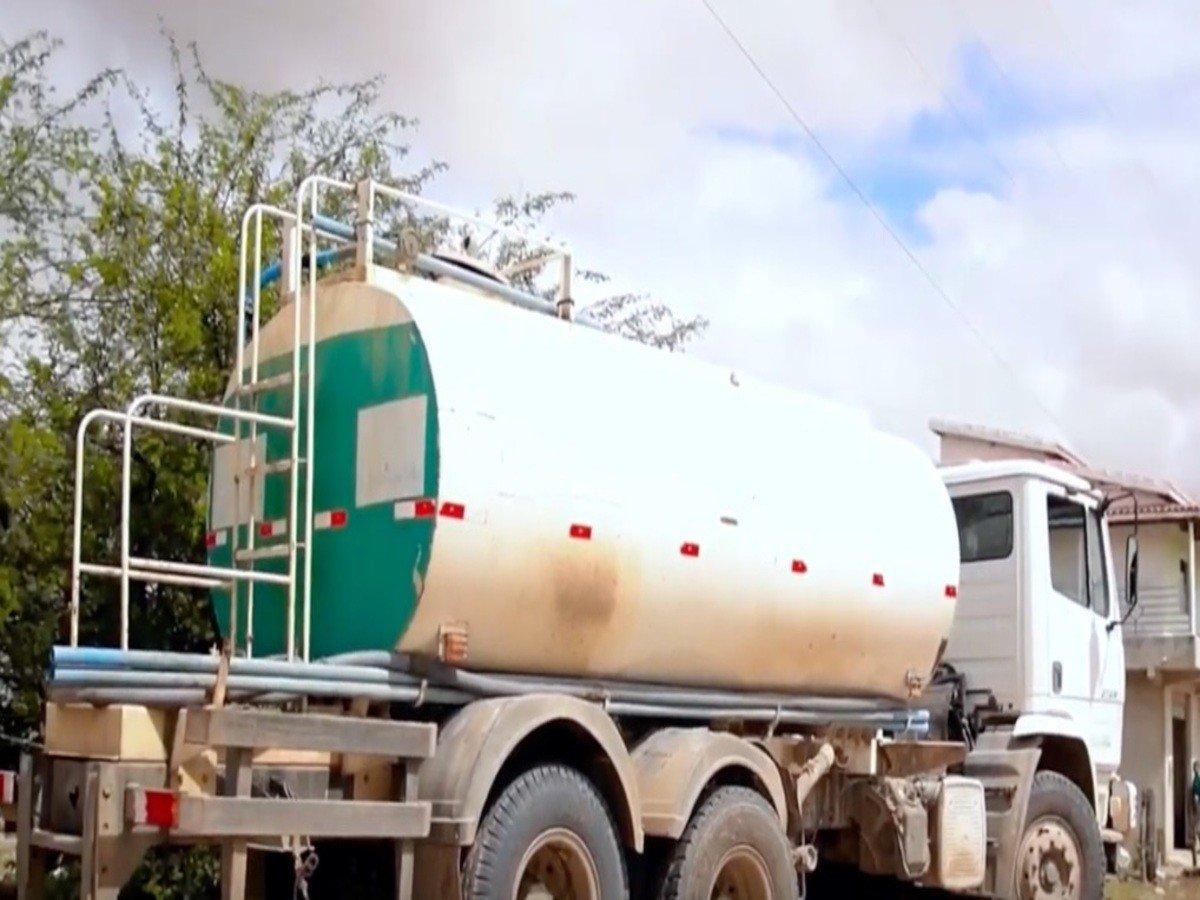 Carros-pipas fazem abastecimento de água suplementar em algumas cidades do PI