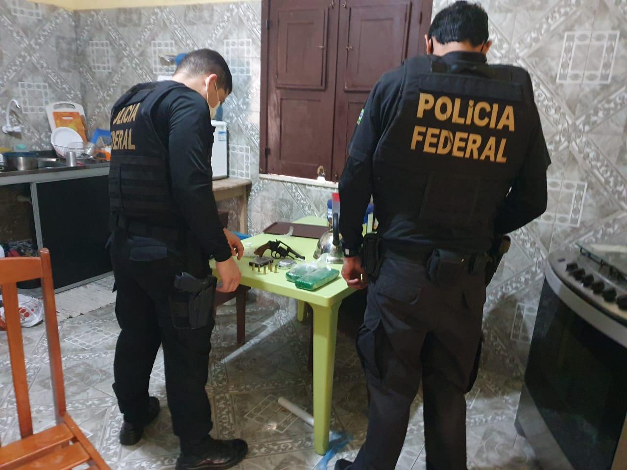 Policiais encontram drogas, armas e munições durante a operação