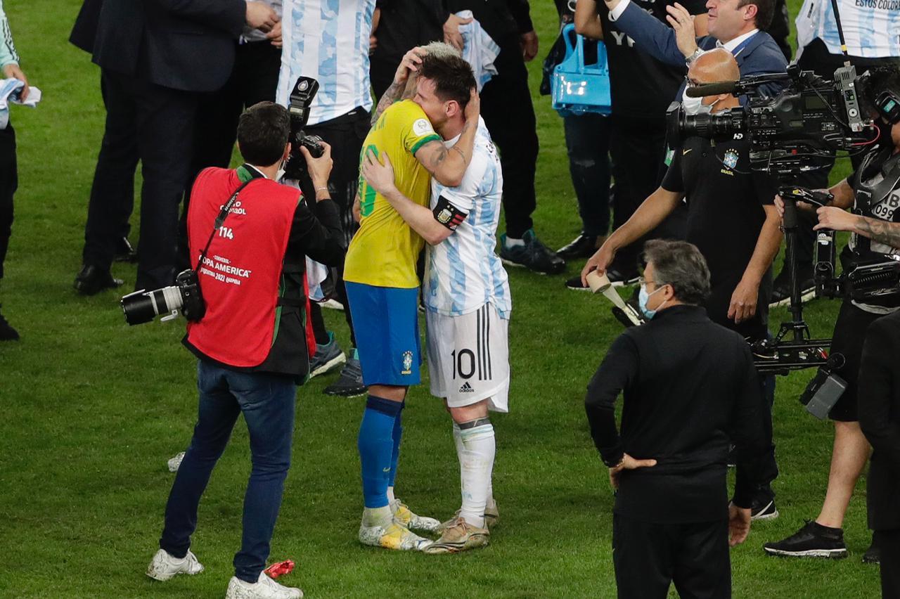 Neymar é consolado por Messi após vitória da Argentina Foto: AFP