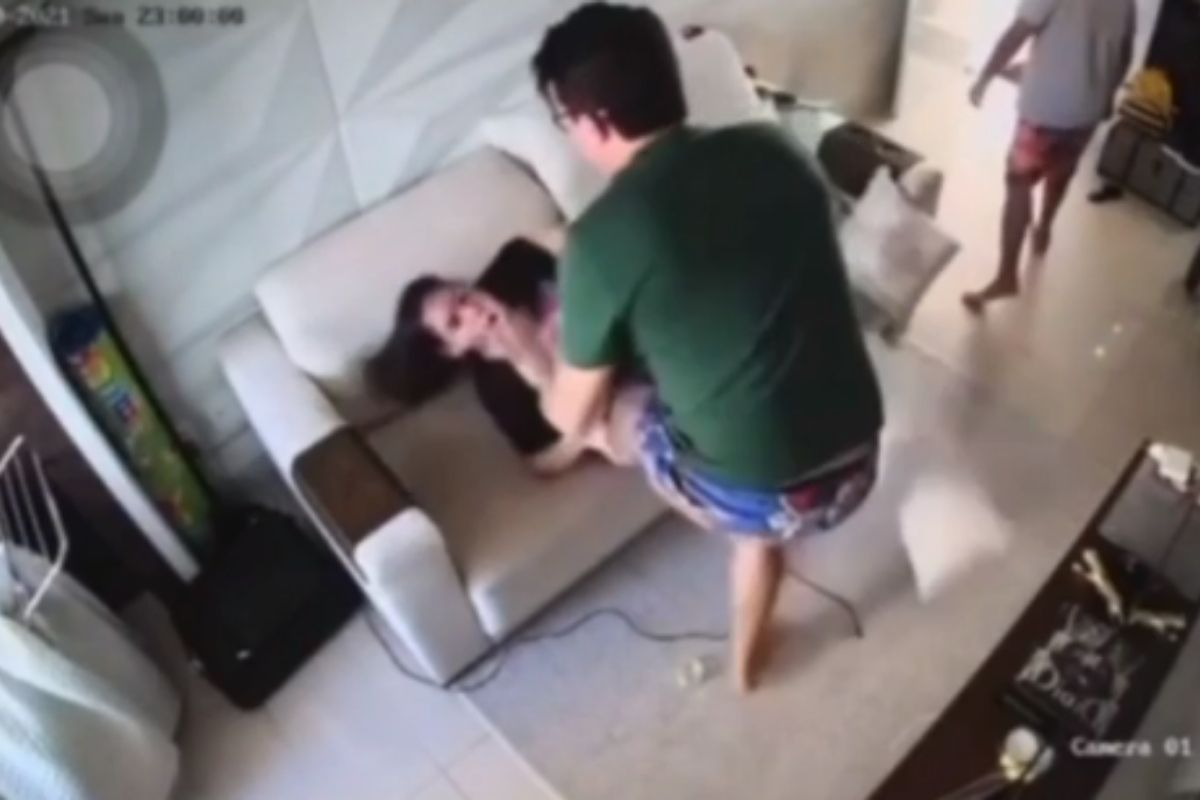 Vídeos mostram DJ Ivis dando socos, tapas e chutes na mulher