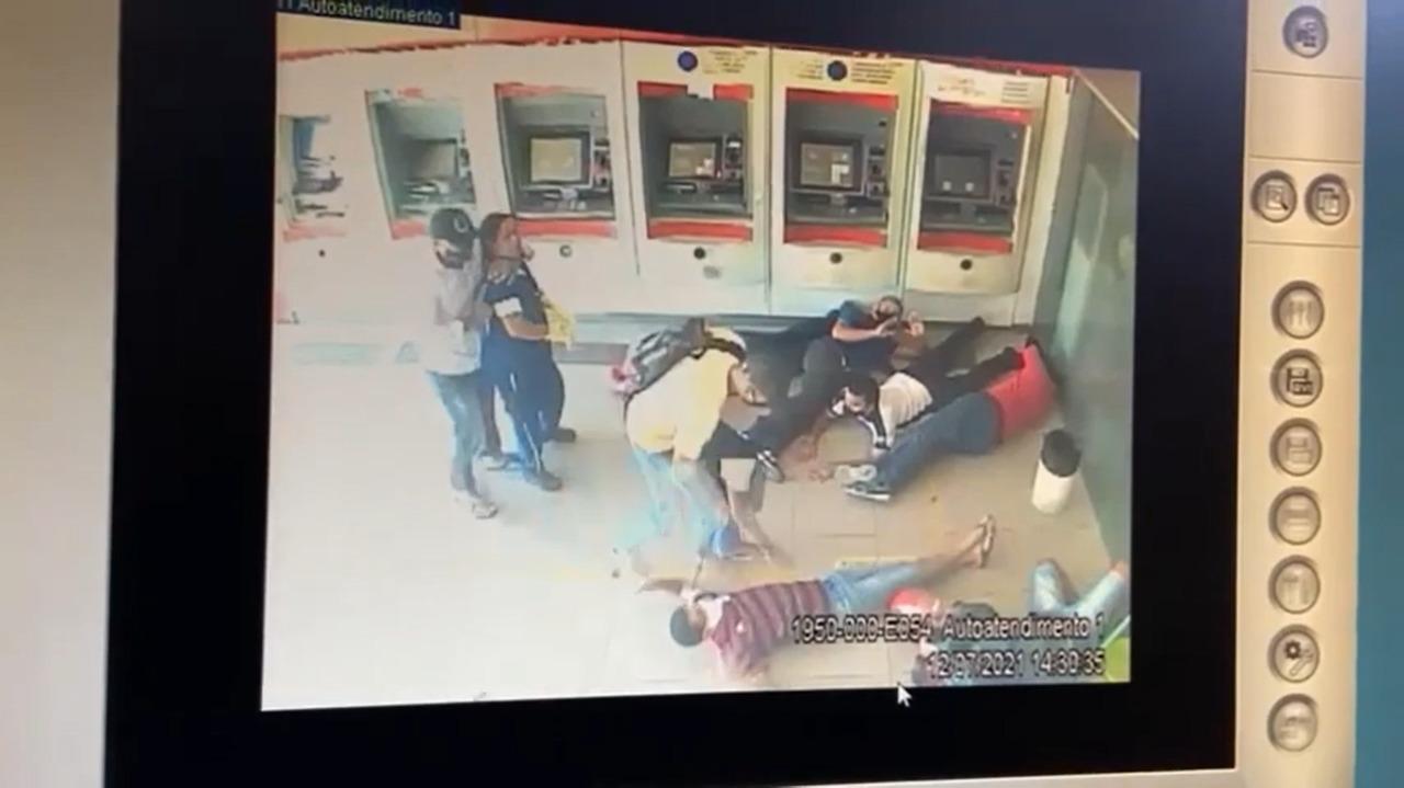 Assaltantes rendem clientes e fazem arrastão em banco (Foto: Reprodução/ Youtube)