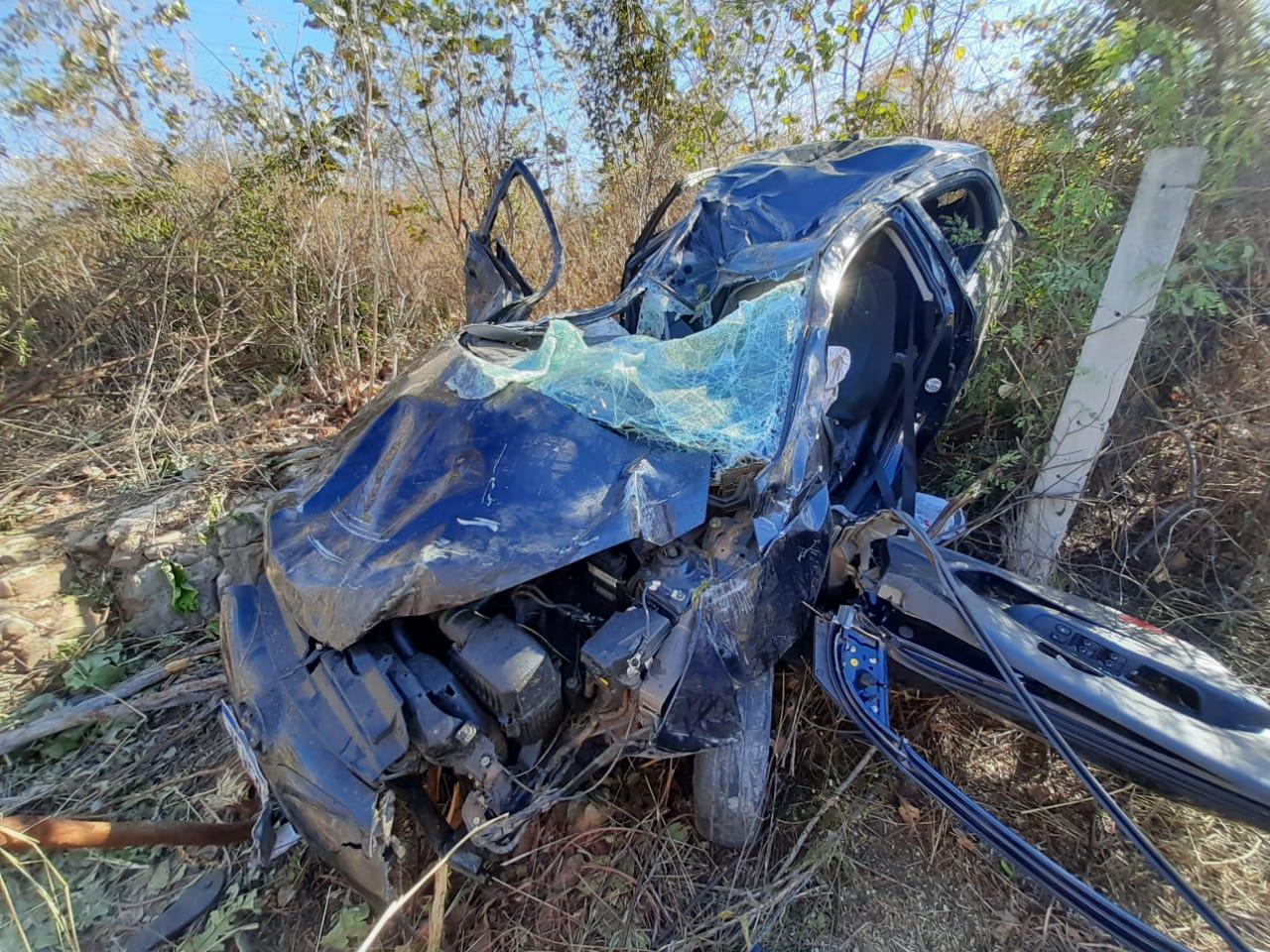 Veículo ficou totalmente destruído após capotar em rodovia no Piauí - Foto: PRF