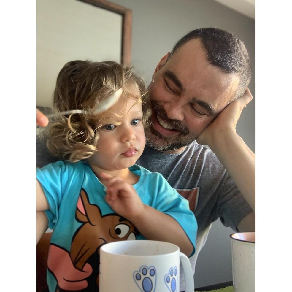 Carmo e o filho Pedro em foto publicada nas redes sociais do ator