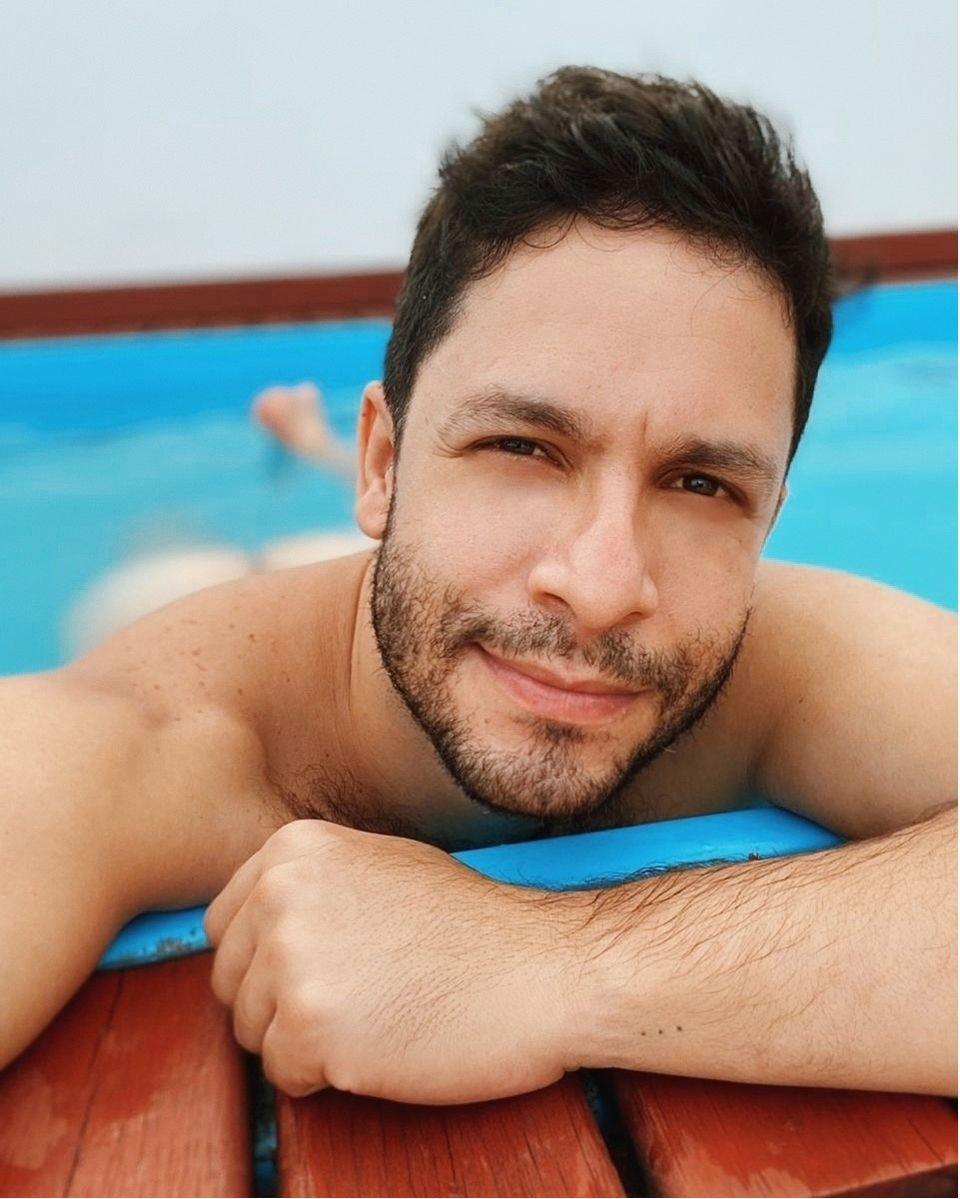 Rainer gosta de postar fotos sensuais e até pelado na web