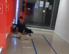 Casal é flagrado fazendo sexo explícito dentro de agência bancária; vídeo