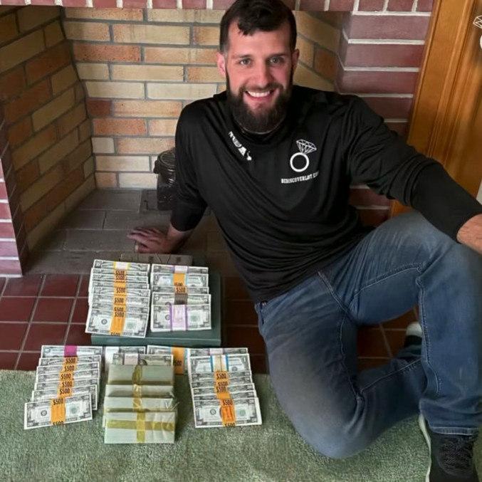 Caçador de tesou mostra dinheiro encontrado. (Foto: REPRODUÇÃO-YOUTUBE-REDISCOVERLOST)