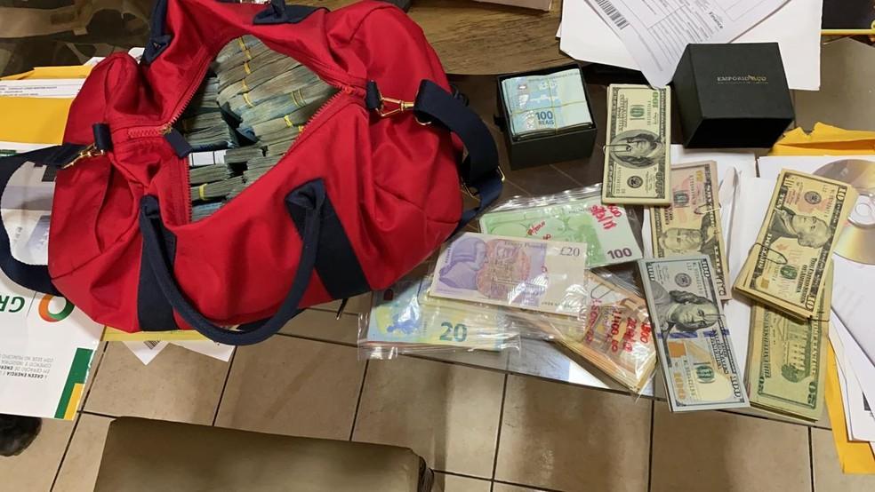 Notas de Dólar, Euro e Real foram apreendidas na casa do delegado | FOTO: Reprodução / PF