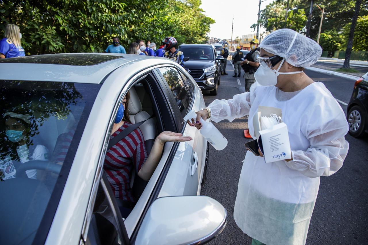 Equipes fazem distribuição de máscaras e álcool