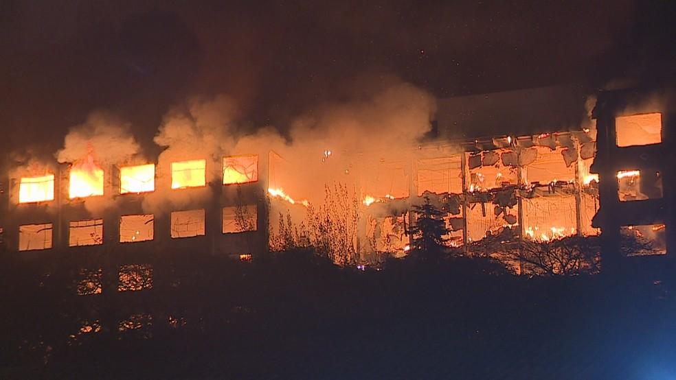 Incêndio atinge prédio da Secretaria de Segurança Pública do Rio Grande do Sul — Foto: Reprodução/G1