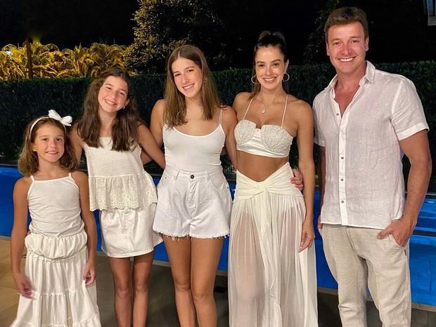 Rodrigo Faro e Vera Viel ao lado das filhas, que também foram infectadas pela covid-19