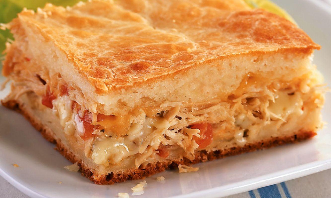 O frango desfiado é um ingrediente curinga em casa. Com ele, é possível preparar pratos variados e deliciosos, como um salpicão de frango, um empadão de frango, ou uma torta rápida de liquidificador.