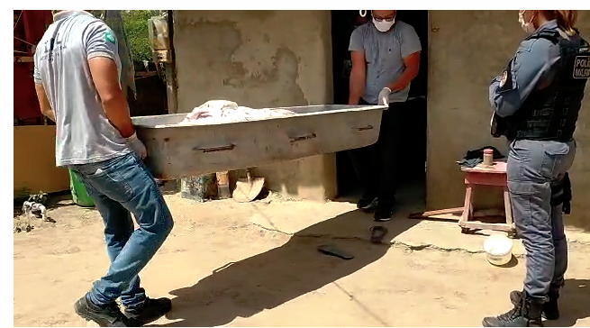 Corpos foram removidos do ivóvel pelos funcionários do IML - Foto: Kilson Dione/Portal MN