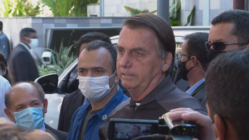 Sem máscara, Bolsonaro fala com jornalistas ao deixar hospital em SP neste domingo (18), após 4 dias internado por obstrução intestinal. — Foto: Reprodução/TV Globo