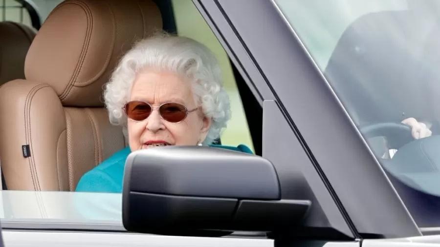 Rainha Elizabeth é vista dirigindo Range Rover aos 95 anosImagem: Max Mumby/Indigo/Getty Images