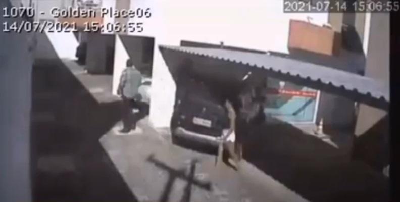 Vítima é levada até o local após ser chamada para realizar uma limpeza no apartamento - Foto: Reprodução