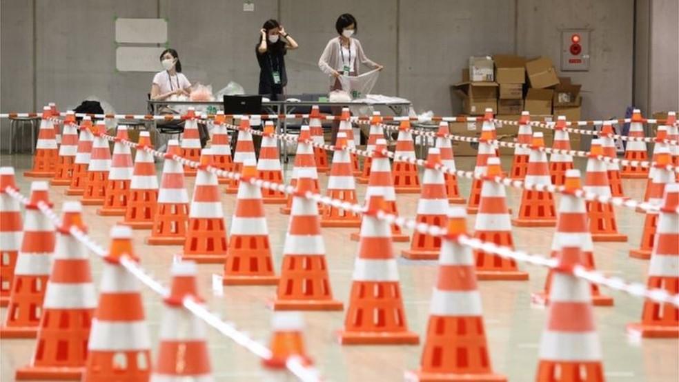 Controle sanitário contra a covid-19 no centro de imprensa da Olimpíada (Foto: EPA/BBC)