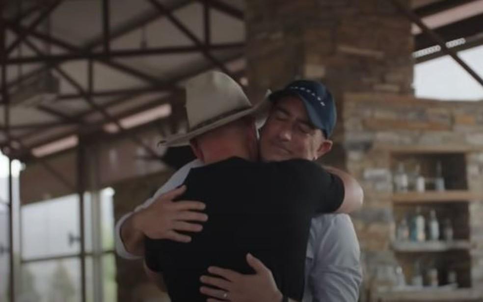 Mark Bezos abraça o irmão Jeff ao ser convidado para voo ao espaço — Foto: YouTube/Blue Origin