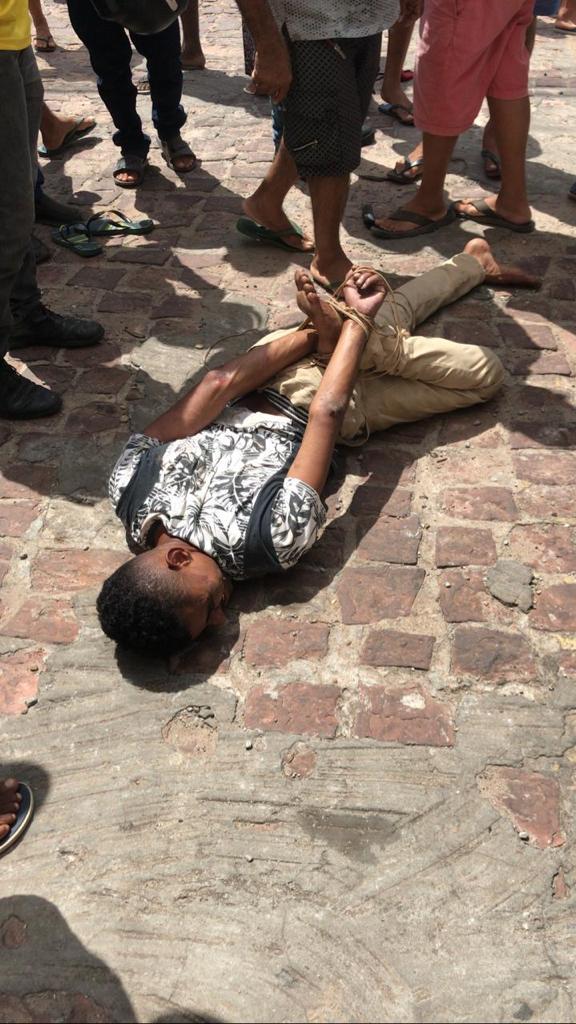 Suspeito foi imobilizado com uma corda amarrada nas mãos e um dos pés. (Foto: Reprodução)