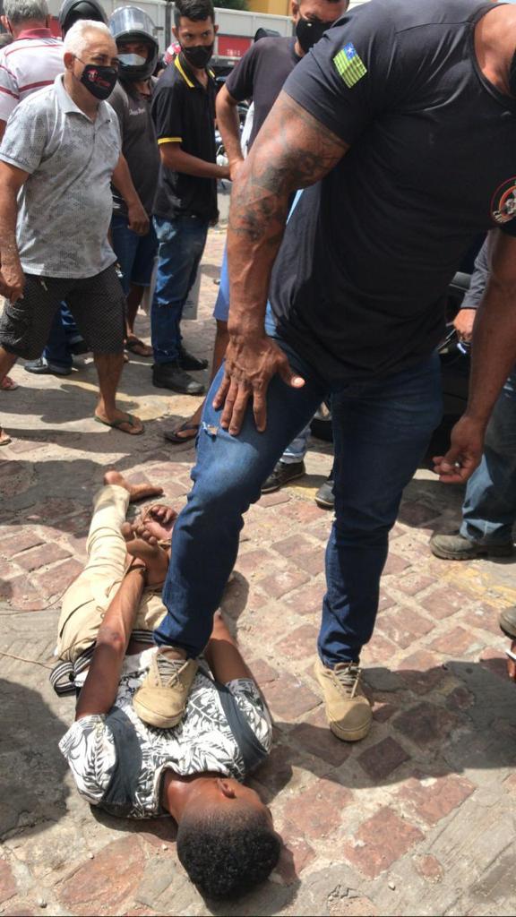 Policial imobilizou acusado de assalto na cidade de Timon. (Foto: Reprodução)