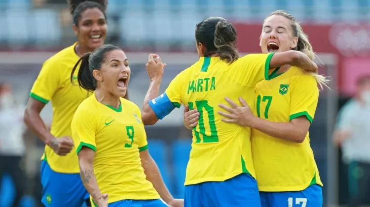 Jogadoras da seleção brasileira comemoram gol marcado sobre a China na estreia das Olimpíadas Imagem: AFP