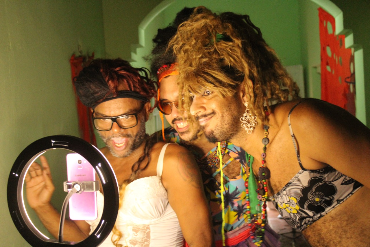 Grupo Bixanikas é formado pela multiartista Negro Val, o artista cênico Paulo Gomes e a jornartista Vicente de Paula (Vince Vicentina)