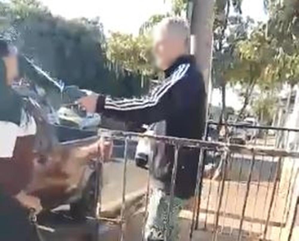 Homem jogou líquido no rosto da jovem ao mesmo tempo que segurava uma barra de ferro - Foto: Reprodução