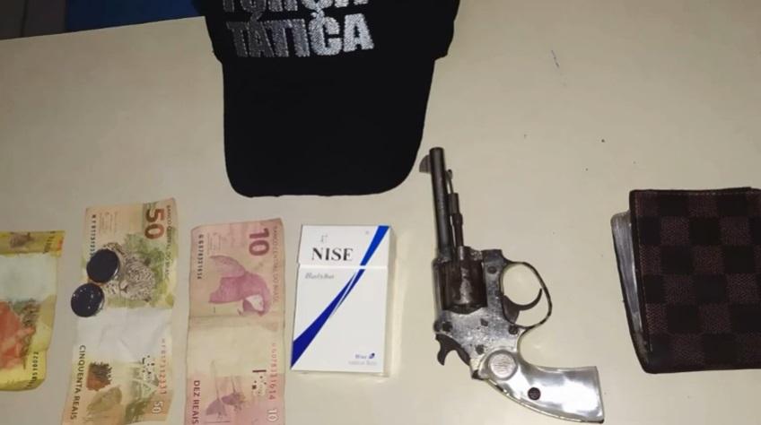 Arma e dinheiro foram encontrados com os acusados após a prisão - Foto: Divulgação/PM