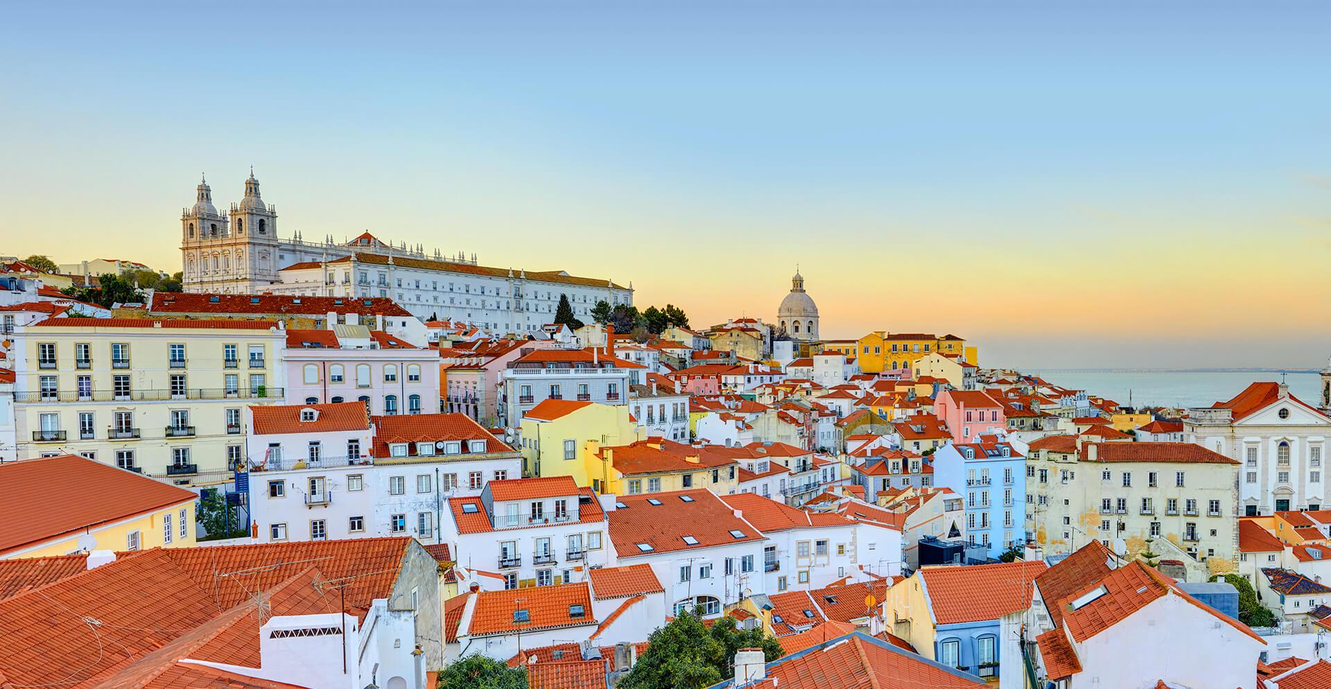Em Portugal eela abriu uma empresa de turismo/reprodução internet