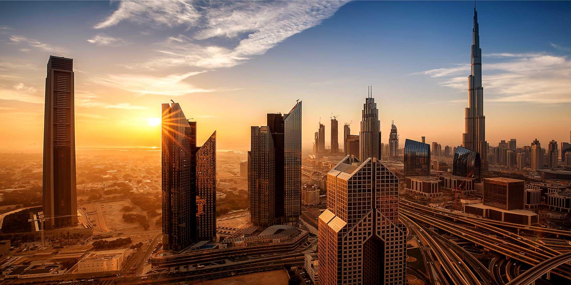 Num calor que atinge 50º Celsius, a cidade construída no deserto resolveu apelar para chuvas artificiais. (Foto: Reprodução)