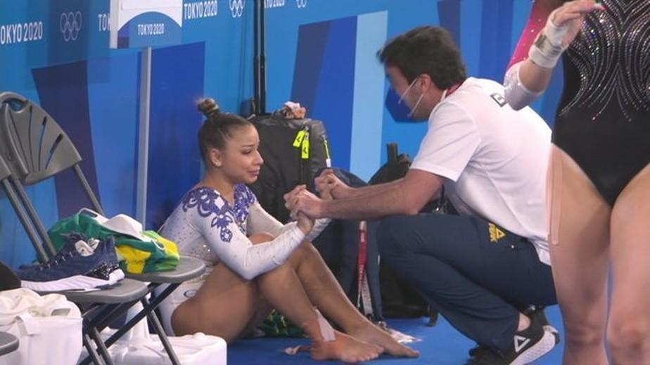 Flávia Saraiva machuca tornozelo (Foto: reprodução)