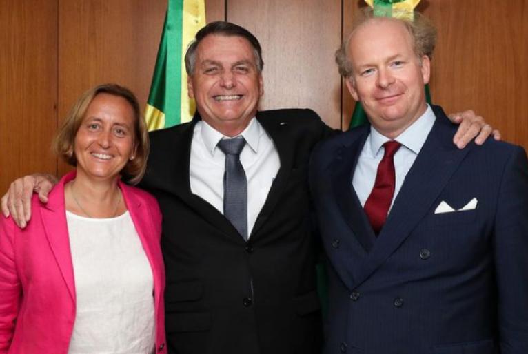 Bolsonaro posa com Beatriz. Crédito: Instagram.