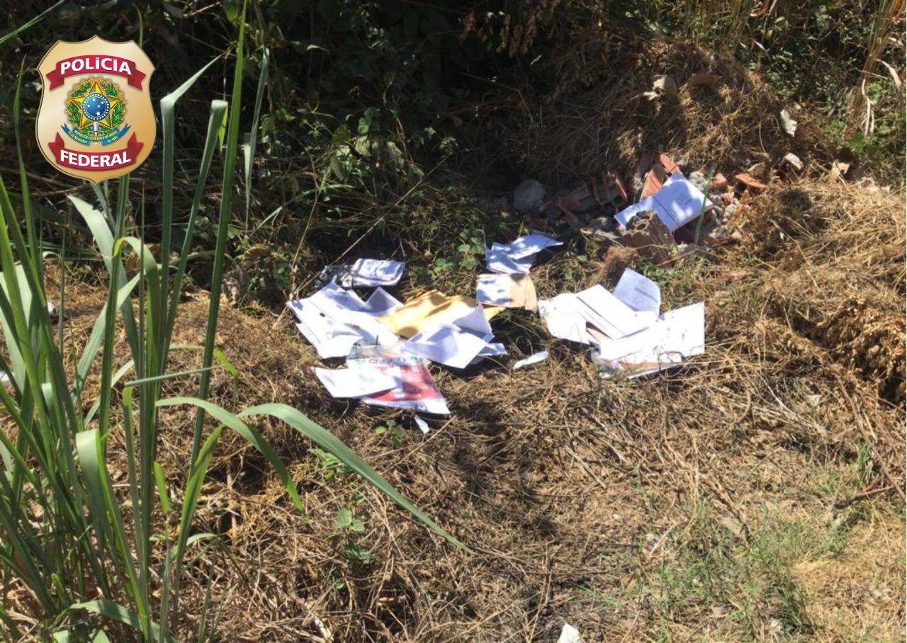 Parte da carga, como cartas e documentos diversos foi descartada pelo assaltante - Foto: Divulgação/PF