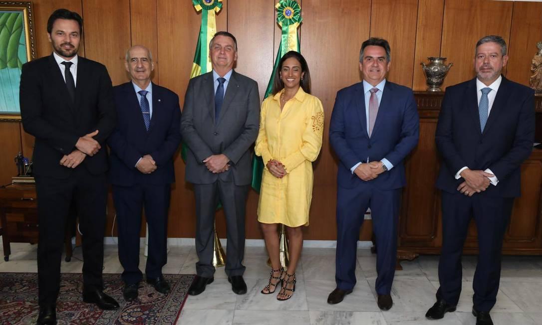O presidente Jair Bolsonaro, ao lado dos ministros Fábio Faria, Luiz Eduardo Ramos, Flávia Arruda e Ciro Nogueira, e do presidente da Câmara, Arthur Lira Foto: Reprodução/Twitter