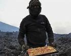 Chef assa pizzas em rochas de vulcão e conquista clientela fiel; veja vídeo