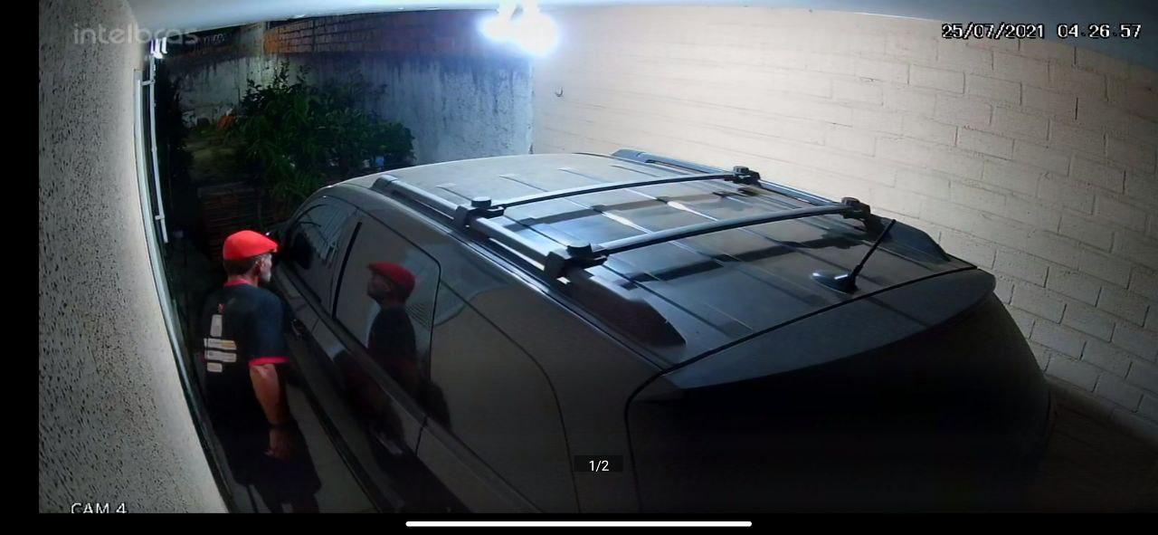 Câmera de segurança flagra homem invadindo residência em Teresina (Foto: Reprodução)