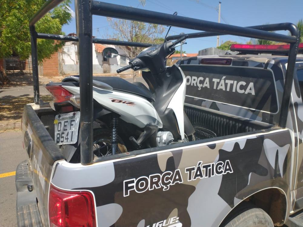Motocicleta apreendida pela polícia em poder do suspeito (Imagem: Divulgação/PM)