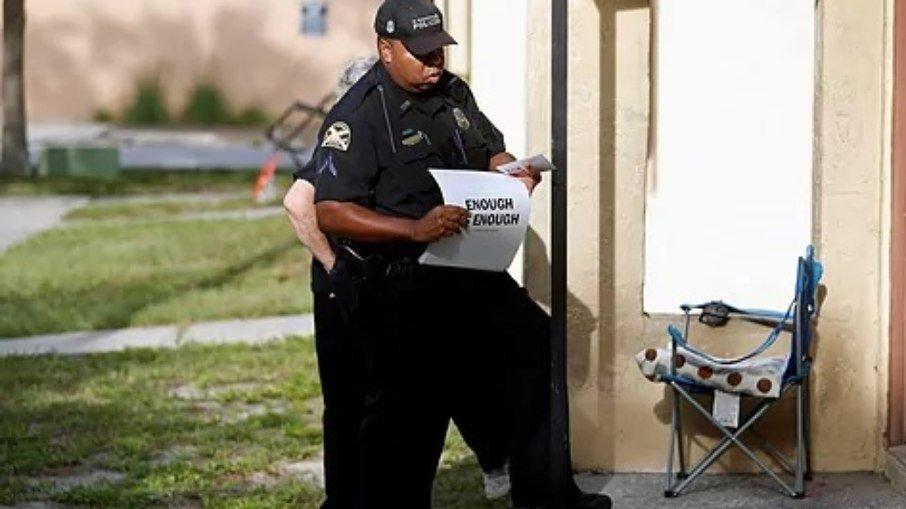 Policial chega ao local onde jovem autista ficou presa. (Foto: El Mundo - Reprodução)