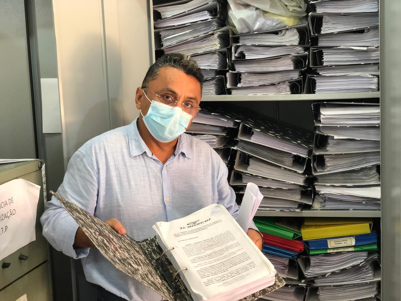 Vereador Dudu analisa documentos do contrato de licitação