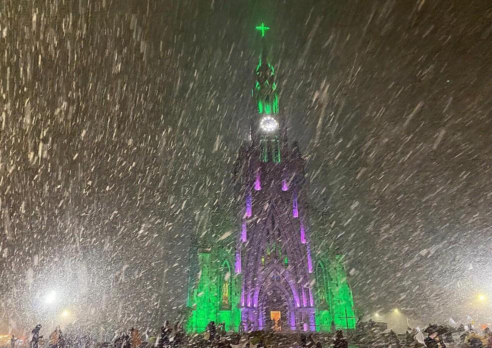 Neve atraiu turistas para a frente da igreja de Canela, na Serra do RS — Foto: André Fernandes/Arquivo pessoal