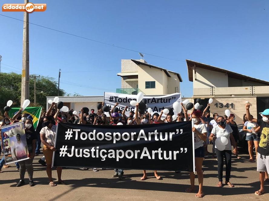 Ato em pedido por justiça pela morte de Artur (Foto: Cidades Na Net)
