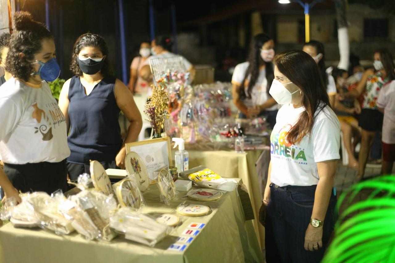 Prefeita Maninha Fonteneleacompanha feira de artesanato (Foto: Prefeitura de Luís Correia)