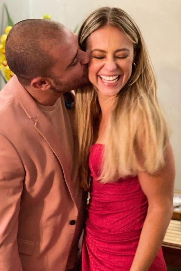 Eles assumiram o namoro em um show do sambista, ondfe a atriz marcou presença