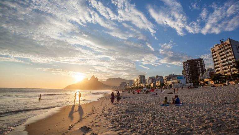 Na Praia de Ipanema é possível ver o entardecer no Morro Dois Irmãos (Divulgação/Embratur)